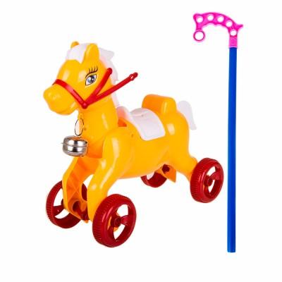 На голове лошадки есть дырочка, через которую можно продеть веревочку и использовать ее, как каталку.